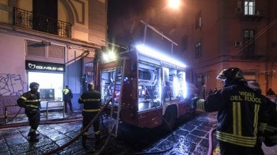 Napoli, a fuoco il deposito di un negozio al corso Umberto