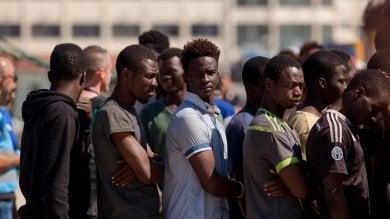 Migranti, de Magistris sfida il governo: