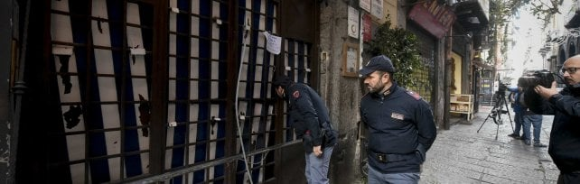 Bomba contro l'ingresso della storica pizzeria Sorbillo a Napoli, il titolare: