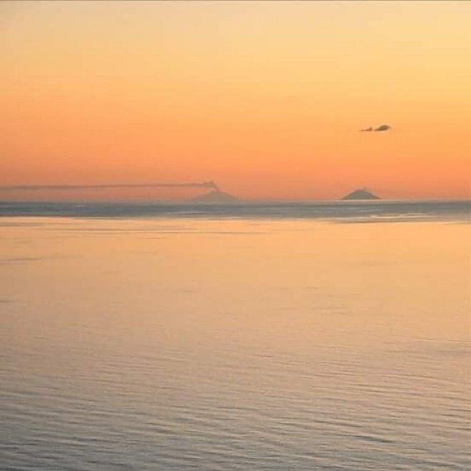 Maratea, tramonto mozzafiato: dalla costa si vedono l'Etna e Stromboli