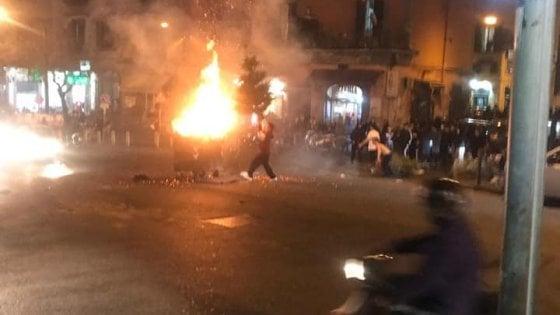 """Napoli, guerriglia urbana per i fuochi di Sant'Antonio. Sassi contro vigili del fuoco per difendere un """"cippo"""""""