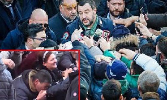 """Salvini ad Afragola: """"Lo Stato è più forte dei balordi"""". E tra la folla un uomo gli bacia la mano"""