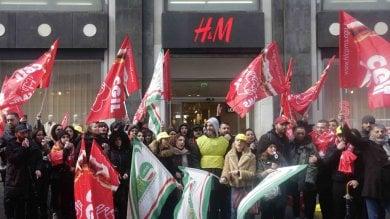 """H&M, scade il contratto di fitto in via Toledo, protestano i lavoratori: """"Futuro  a rischio"""""""