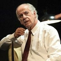 Spettatrice insofferente in teatro, Servillo la rimprovera: lei lascia la
