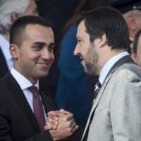 """Baciamano a Salvini ad Afragola, Di Maio: """"E' successo anche a me"""". Fico: """"Imbarazzante...."""