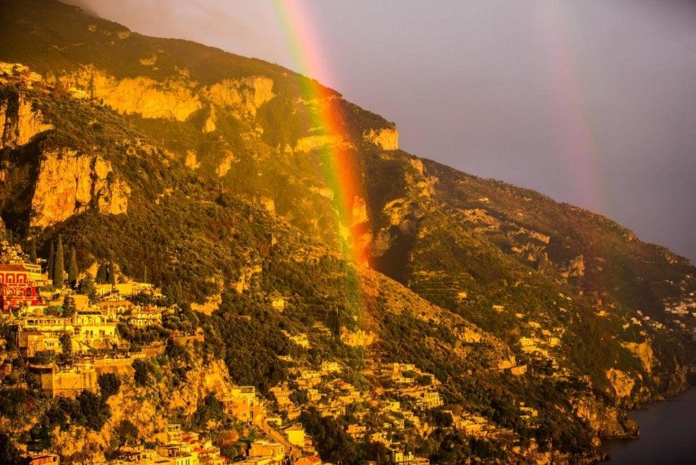 Positano, incanto e magia in costiera: tramonto con arcobaleno