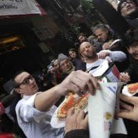 Napoli, la pizzeria Sorbillo riapre dopo l'attentato