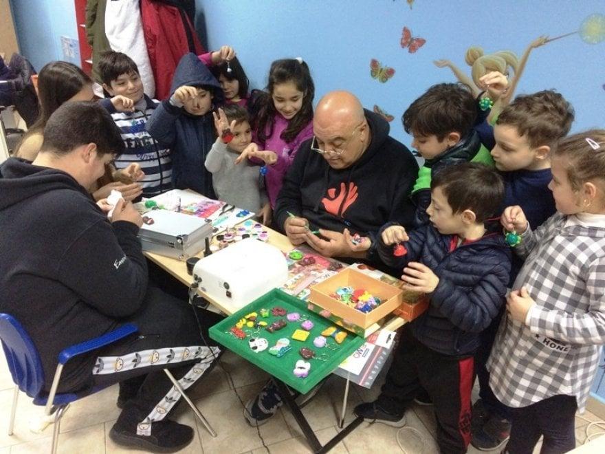 Napoli, calamite da collezione per aiutare i bambini del quartiere