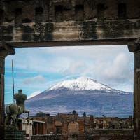 Lo spettacolo del Vesuvio innevato visto dagli Scavi di Pompei