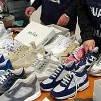Contraffazione, 140 mila paia di scarpe Hogan false ma perfette: scoperti 4 laboratori e tre depositi nel Napoletano