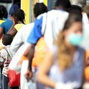 """Napoli, schiaffo al razzismo: """"Cure gratis per i migranti"""""""