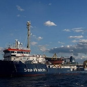 Sea-Watch, è scontro de Magistris-Salvini