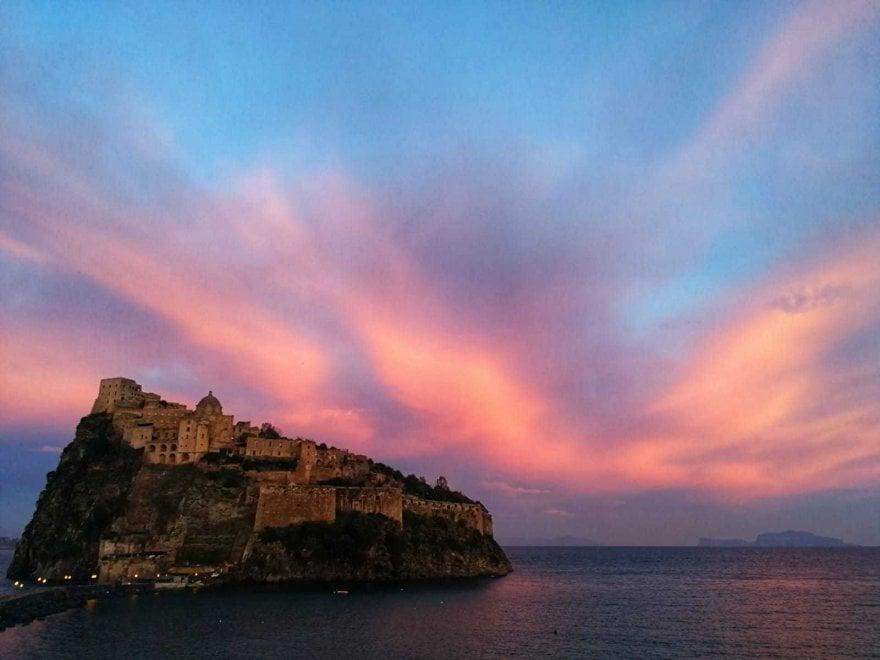 Ischia, il tramonto è dipinto di rosa