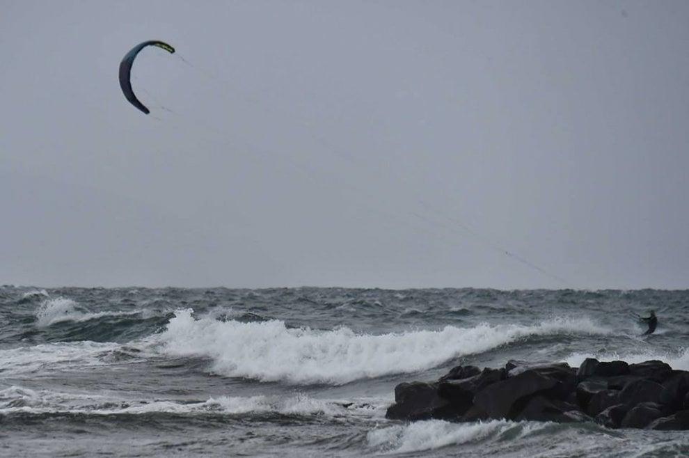 Golfo di Napoli, così aliscafi e traghetti sfidano le onde