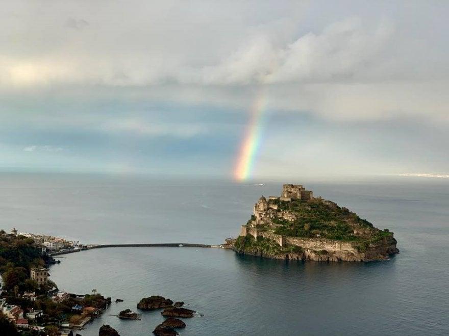 Il castello e l'arcobaleno, Ischia come in una fiaba