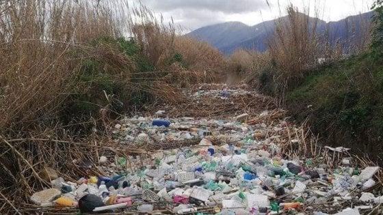 Un'isola di plastica nel fiume Sarno, tonnellate di rifiuti a San Marzano
