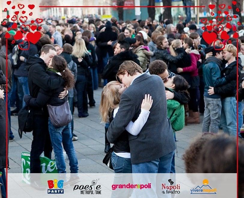 Napoli, un bacio lungo una canzone, il flash mob di San Valentino a Galleria Umberto