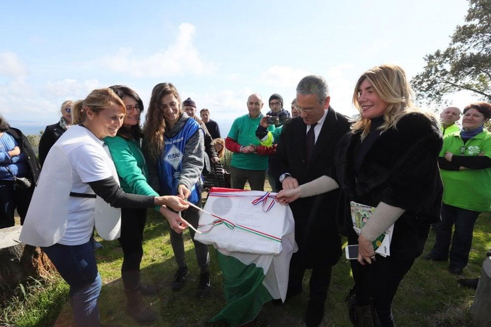 Oltre 120 volontari in campo per la cura del Parco Virgiliano. Ricollocata la targa dedicata a Neruda