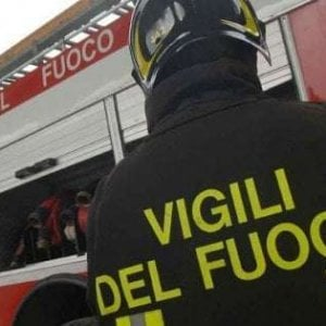 Napoli, i vigili del fuoco salvano una donna dal suicidio
