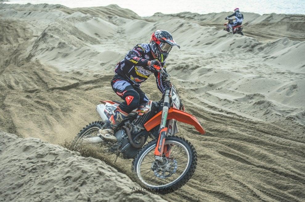 Ischia, emozioni da motocross: la spiaggia di Forio diventa una pista