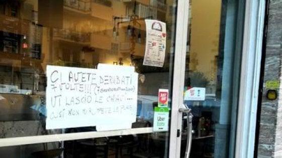 """Napoli, 7 furti in cinque mesi, pizzaiolo del Vomero mette cartello: """"Vi lascio le chiavi"""""""