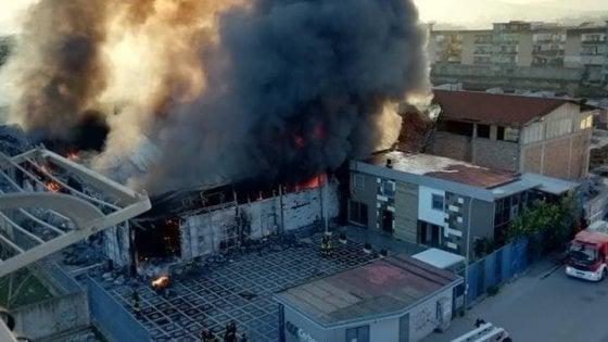 2895702ddbe5a Casoria, maxi incendio in un azienda  la nube di fumo arriva fino a Napoli