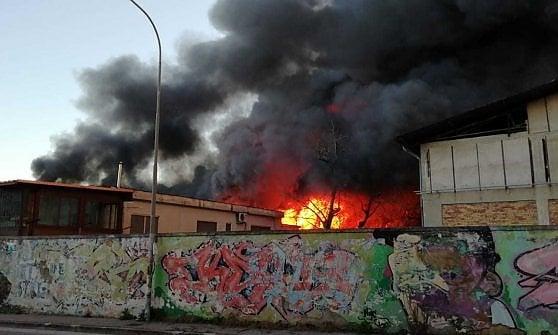 c9ee56de5e81c Casoria, maxi incendio in un azienda  la nube di fumo arriva fino a ...
