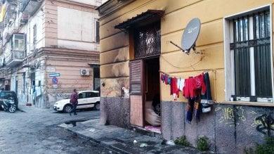 """Napoli, bruciato l'ingresso di un """"basso""""  dove vivono i nigeriani: """"E' razzismo"""""""