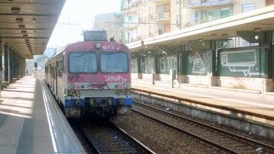 Sassi contro treno della Circum: ferito all'occhio un giovane