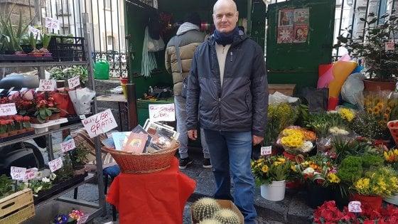 """Napoli, il fioraio che regala libri ai passanti: """"Leggere ci rende migliori"""""""