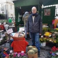 Napoli, il fioraio che regala libri ai passanti: