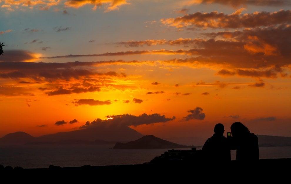 Due cuori e uno smartphone: il tramonto sulle isole è uno spettacolo