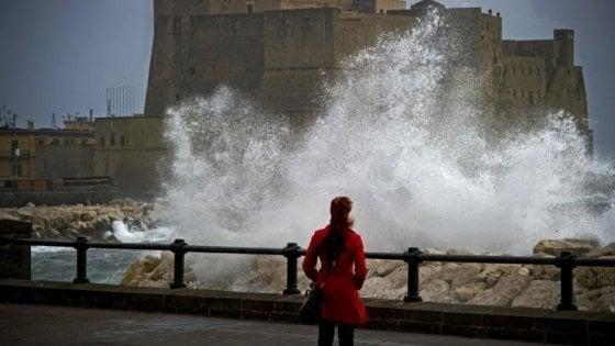 Allerta meteo, vento forte a Napoli: chiuse scuole, parchi e cimiteri