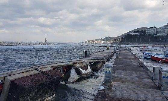 Maltempo, incidente a Ischia: traghetto non riesce ad attraccare e urta nave ormeggiata
