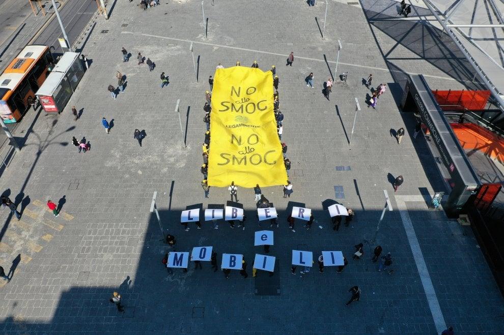 """""""Liberi e mobili"""": Flash mob di Legambiente in Piazza Garibaldi a Napoli"""