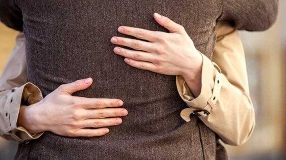 Potenza: finge di conoscerlo, lo abbraccia e gli ruba la pensione