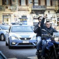 Arrestato Marco Di Lauro, l'arrivo in questura:  i poliziotti si abbracciano