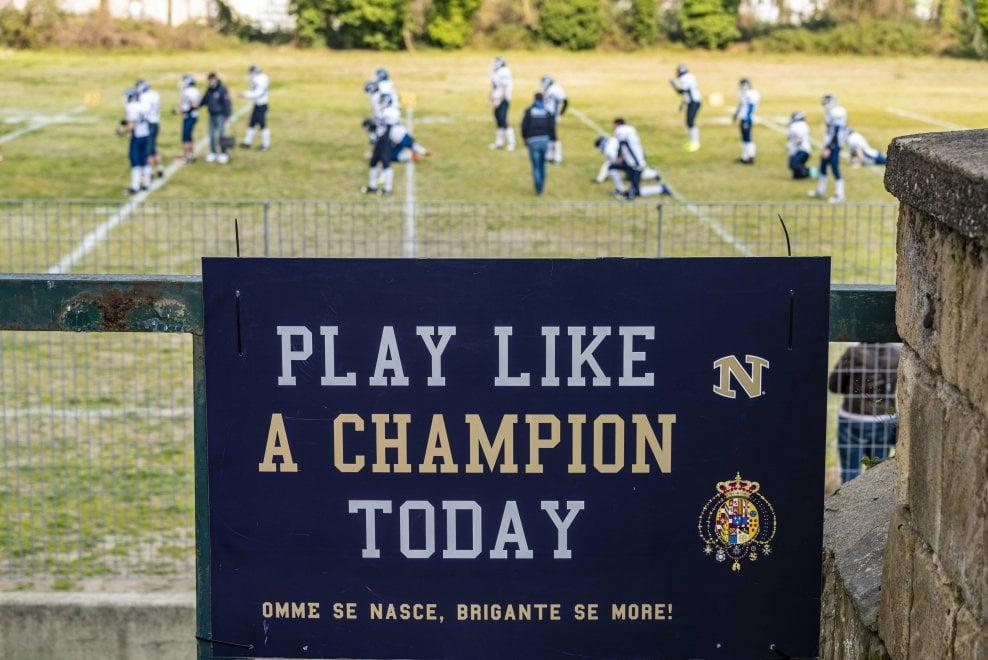"""I riti del football in Briganti-82ers: l'incitamento """"Play like a champion"""", la preghiera, e Ciro, il cane-mascotte"""