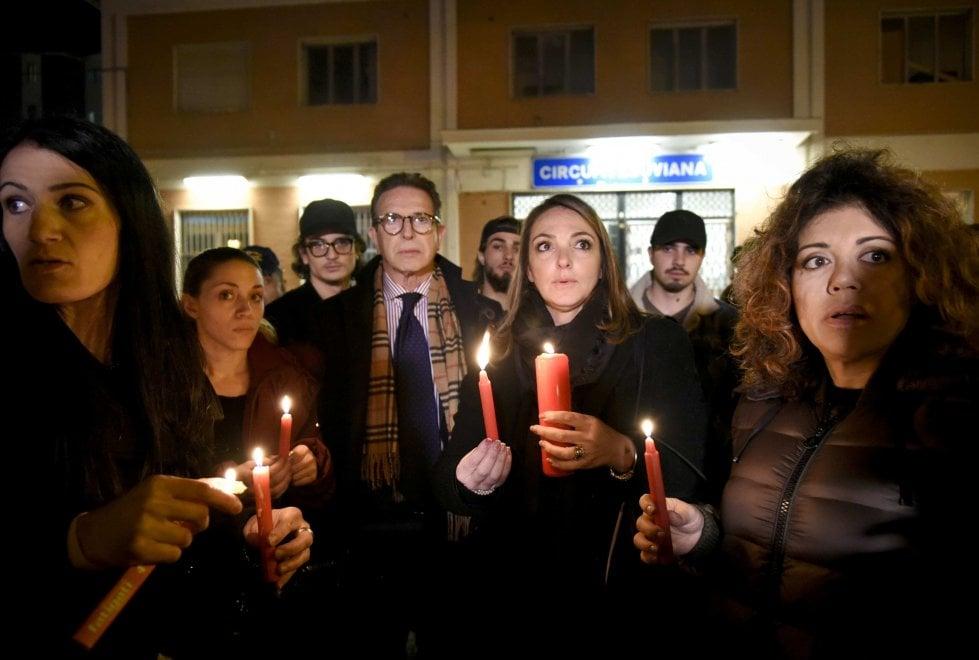 Una fiaccolata per la ragazza stuprata nella stazione della Circumvesuviana di San Giorgio a Cremano