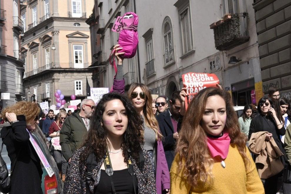 """Donne in corteo: """"Nessuna è sola, stop femminicidi, basta sessimo e razzismo"""""""