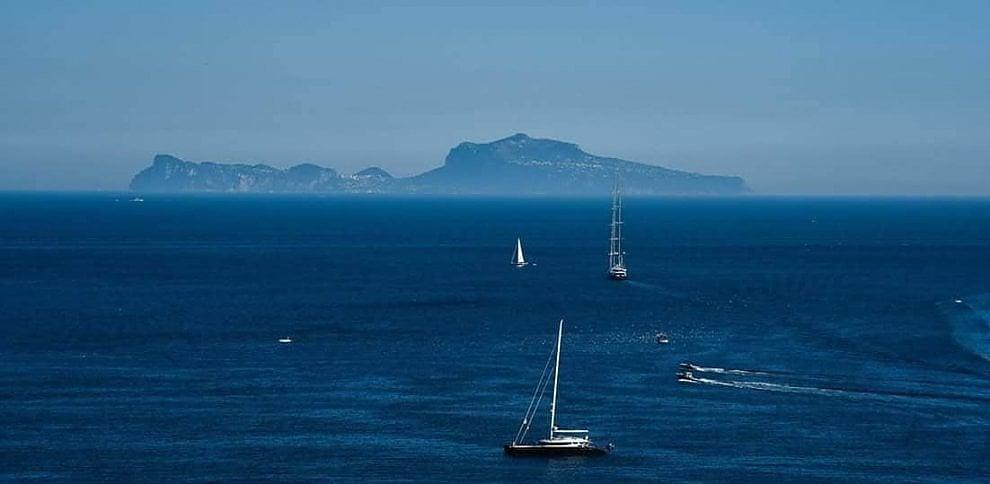 Napoli, l'incanto di Capri e del golfo attraversato dalle vele