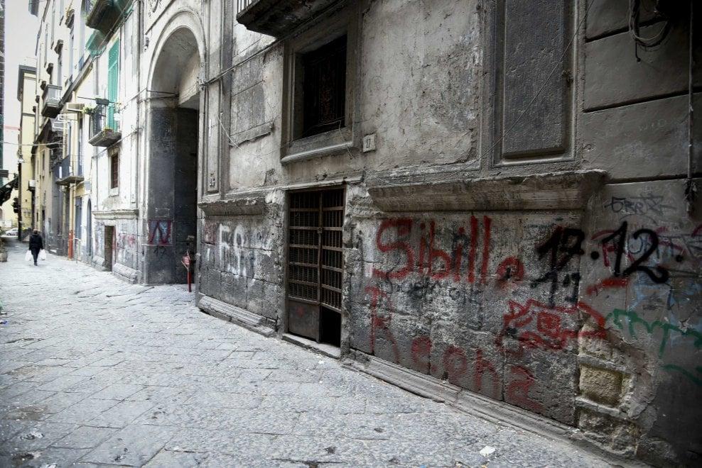 Camorra, il Comune cancella lo sfregio ma sui muri ancora scritte che inneggiano a Sibillo