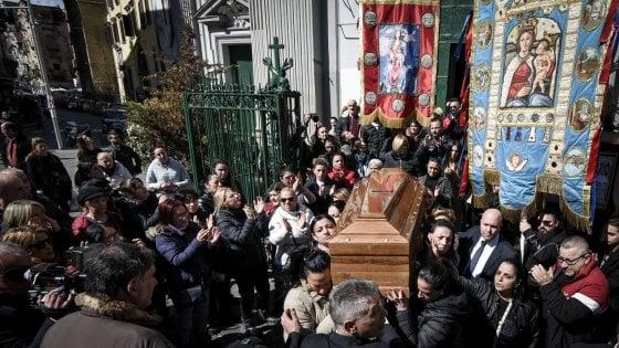 """Napoli, i funerali di Fortuna uccisa dal marito, il sacerdote: """"Chi dà uno schiaffo a una donna è uno str..."""""""