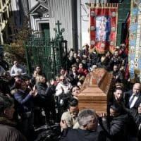 Napoli, i funerali di Fortuna uccisa dal marito, il sacerdote: