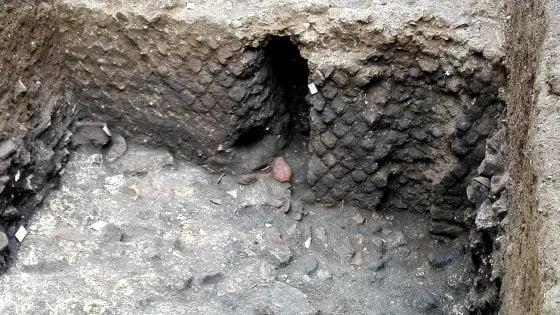 """Castellammare: reperti paleocristiani alla Circumvesuviana, stop al parcheggio interrato. Il sindaco: """"Serve una campagna di scavi"""""""