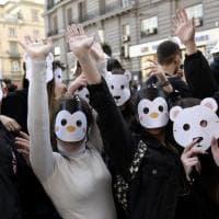 Napoli, studenti in piazza in difesa del clima, tutti con la maschera degli animali a rischio per il riscaldamento globale