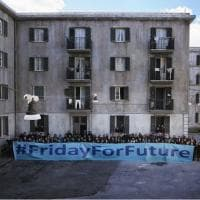 FridaysforFuture, striscione sul set dell'Amica Geniale 2