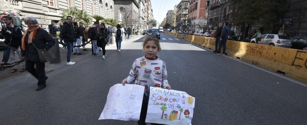 """Napoli per il FridaysforFuture: """"Non c'è più tempo da perdere. Siamo in cinquanta mila e siamo pronti ad agire"""". Tensioni con la polizia"""