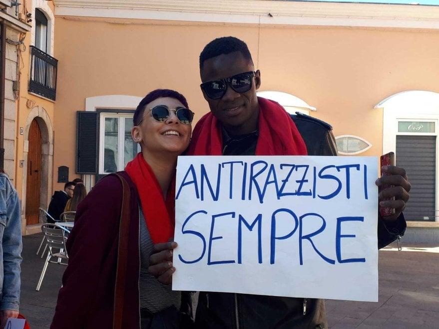 """Melfi, fischi e scritte antirazziste al comizio di Salvini. Il ministro: """"Dieci sfigatelli..."""""""