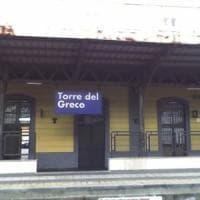 Donna investita da un treno nel Napoletano, indagini in corso
